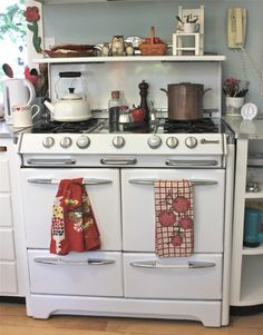 Poofing the Pillows: A Visit With Susan Branch Vintage Stoves, Little Brown, Perfect Pillow, Your Perfect, Kitchen Appliances, Kitchens, Kitchen Dining, Kitchen Remodel, Home And Family