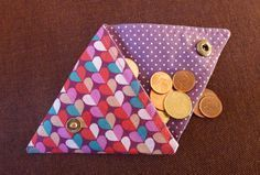 Porte monnaie tissu triangle 👛 bags purses bagsandpurses homedecor home fashion fashiondesign handbags handmade diy decor dresses women photography beauty beautiful quotes 👛 Fabric Wallet, Fabric Purses, Fabric Crafts, Sewing Crafts, Sewing Projects, Sewing Tutorials, Sewing Patterns, Diy Bags Purses, Creation Couture