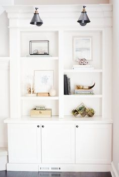 Shelfie goals! Photography: Doreen Corrigan - doreencorrigan.com Read More on SMP: http://www.stylemepretty.com/living/2017/05/17/5-designer-tips-for-styling-your-shelves-like-a-pro/