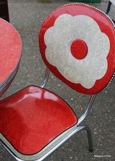 Vintage Kitchen Would LOVE a set of these chairs! And the red kitchen table that goes with it! - The Pursuit of Craft and Happiness Vintage Kitchen Decor, Vintage Decor, Retro Vintage, Vintage Room, Vintage Stuff, Vintage Designs, Art Nouveau, Art Deco, Vintage Chairs