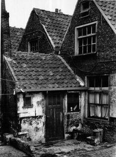 Datering tot: 1953-12-31 Beschrijving: Bagijnhof, de achterzijde van nr. 6. Dit pand is gelegen aan de westzijde van het smalle straatje Bagijnhof, dat de verbinding vormt tussen de Louronstraat en Oude Kerkhof.