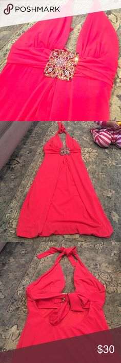Gorgeous halter coral dress! Gorgeous dress with beautiful broach.  Ties over neck and in the back for a great fit.  ❌no trades❌ Dresses Midi