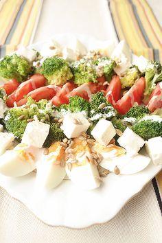 Sałatka - brokuły + jajka + pomidory + feta + słonecznik + sos czosnkowy Clean Recipes, Organic Recipes, Cooking Recipes, Healthy Recipes, Tasty Dishes, Food Pictures, Salad Recipes, Good Food, Food Porn