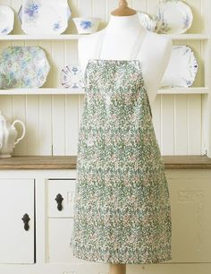 Get set for beautiful detail on the licensed William Morris Sweet Briar PVC apron.
