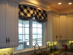 London Shade with bias-cut check fabric: Parkway Window Works Kitchen Window Treatments, Custom Window Treatments, Rideaux Design, Kitchen Valances, Window Styles, Curtain Designs, Curtain Ideas, Window Design, Drapes Curtains