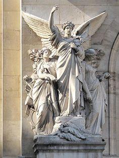 """Sculpture de """"la Poésie"""" par François Jouffroy, un des groupes de la facade de l'Opéra Garnier, Paris 9e arr."""