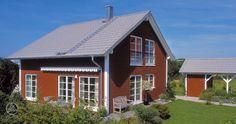 Die Fassadengestaltung ist langzeitig vor Verwitterung geschützt und besteht aus natürlichen Erdpigmentfarbe. Weiße Kontraste unterstützen das typische Erscheinungsbild eines Schwedenhauses. Baufritz Schwedenhaus Eder.