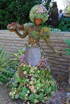 décoration jardin avec une figurine de fille et plantes succulentes