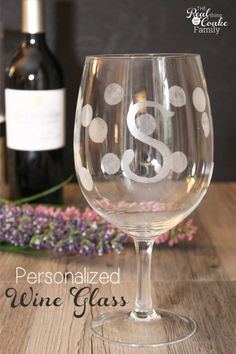 Personalized gifts - Tutorial to make gorgeous wine glasses. Great gift idea! #gifts #giftsideas #christmas #wine #realcoake