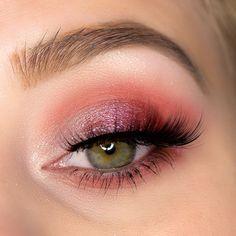 Rot pinkes Augen Makeup mit der Lethal Cosmetics After Dark Lidschattenpalette. Make-up Look für die Augen mit veganen Lidschatten. Augen Make-up Inspiration mit Schimmer für grüne Augen.