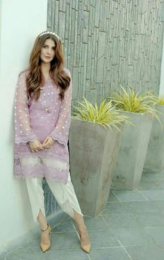 Asian Wedding Dress Pakistani, Simple Pakistani Dresses, Pakistani Fashion Party Wear, Pakistani Dress Design, Pakistani Casual Wear, Pakistani Suits, Elegant Dresses Classy, Stylish Dresses, Stylish Outfits