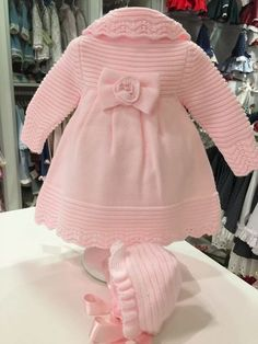 """Mrl """"Se lo llevamos a casa por tan solo."""", likes 42 comments"""", """"Discover thousands of images about Cati Ayllon"""", """"Til lillesøster og storesø Baby Cardigan Knitting Pattern, Lace Knitting Patterns, Knitting For Kids, Baby Knitting, Baby Kostüm, Baby Girls, Knit Baby Sweaters, Knit Baby Booties, Crochet Coat"""