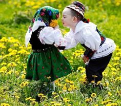 Copii din Maramures, Romania Folk Costume, Costumes, Beautiful People, Beautiful Pictures, Kids Around The World, Romania, Winter Hats, Ruffle Blouse, Couple Photos
