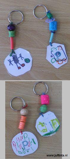 Plastificar desenhos das crianças, deixá-los enfiar umas contas e criar um porta-chaves para oferecer! Parece-me bem! Fonte