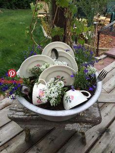 Creative Garden Decoration Tips - Diy Garden Projects Garden Yard Ideas, Diy Garden Projects, Garden Crafts, Diy Garden Decor, Garden Planters, Garden Landscaping, Creative Garden Ideas, Garden Junk, Country Garden Decorations