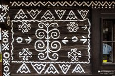 Čičmany   DušeKarpat.cz Alexander Mcqueen Scarf, Walls, Polish, Adventure, Interior Design, Garden, Nest Design, Vitreous Enamel, Garten