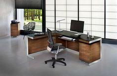 Mesa grande de madeira em l decorada com itens modernos e minimalistas