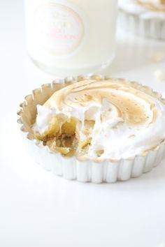 Lemon meringues fra Passion for Baking Mini Desserts, Just Desserts, Delicious Desserts, Yummy Food, Lemon Recipes, Sweet Recipes, Mini Lemon Meringue Pies, Meringue Food, Un Cake