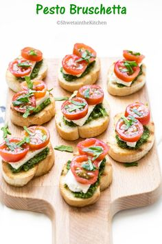 Pesto Bruschetta - Pesto Cream Cheese and Tomato Bruschetta - Pesto Bruschetta is a super easy, extremely flavorful and delicious appetizer recipe made with 4 ingredients! Source by shwetaindkitchn Italian Appetizers, Quick Appetizers, Appetizer Recipes, Gourmet Appetizers, Appetizer Dips, Bruchetta Recipe, Tomato Bruschetta, Homemade Pesto, Antipasto