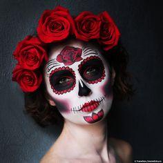 Подготовившись к Хэллоуину с классическим «черепным» макияжем, я решила продолжить тему религиозных праздников Запада, переместившись на этот раз в Латинскую Америку. Поэтому приветствуем вариацию калаверы — мексиканского символа Дня мертвых. Для начала совершим небольшой культурно-исторический экскурс. День Мертвых – это праздник, посвященный памяти умерших, проводится 1 и 2 ноября в