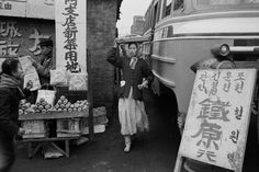 Han Youngsoo photographed Seoul as it rebuilt itself after the war into a sleek modern city – and captured its people in beautifully composed images Seoul Photography, Korean Photography, Vintage Photography, Life Pictures, Old Pictures, City People, Korean People, Korean War, Rare Photos