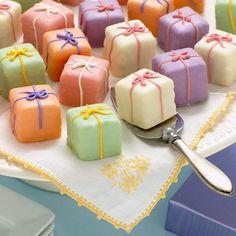 present cake petit fours. so sweet. Pretty Cakes, Beautiful Cakes, Mini Patisserie, Present Cake, Gift Cake, Petit Cake, Cupcakes Decorados, Little Cakes, Small Cake