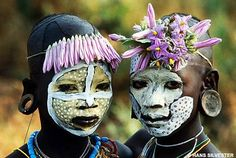 by Hans Silvester (Rapho/Camera Press) from the book Natural Fashion: Tribal Decoration from Africa by Hans Silvester, published by Thames and Hudson