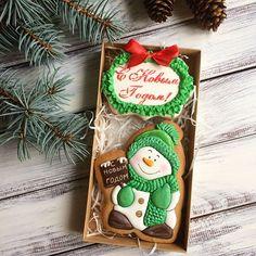 Ещё один новогодний герой . ☃️❄️ все новогодние Пряники здесь#kvas_новыйгод2018 набор#1️⃣1️⃣ Снеговик( Дед Мороз)+табличка , коробочка 20*10, прозрачная крышка, лента. Цена 500₽, #1️⃣1️⃣(а) снеговик+снежинка (3маленькие), Цена 450₽, (б) снеговик , коробочка 12*12 Цена 350₽, снеговик в пакетике с лентой 300₽. #пряникиназаказ #прянички #пряники #пряникивподарок #новогоднийподарок #подарокнановыйгод #новыйгод #имбирныепряники #имбирноепеченье #имбирныепряникимосква #сладкийподарок #новогод...