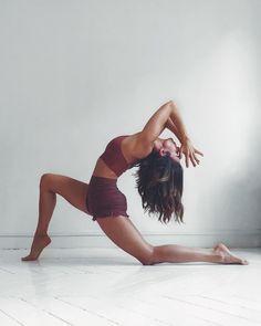 photo yoga inspiration / photo yoga + photo yoga poses + photo yoga noir et blanc + photo yoga nature + photo yoga plage + photo yoga inspiration Iyengar Yoga, Ashtanga Yoga, Sanftes Yoga, Yoga Flow, Kundalini Yoga, Yoga Dance, Dance Poses, Yoga Images, Yoga Pictures