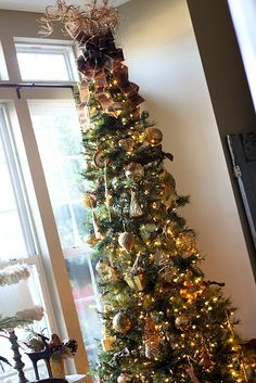 OMG - my living room in tiny and I have a pencil christmas tree...MUST do this tree topper!