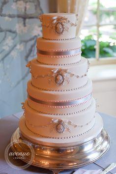 Pink Gray cameo wedding cake - http://www.bobbetteandbelle.com/  www.avenue-photo.com