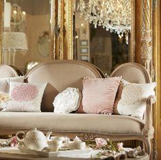 No sé si pensarás que tu casa es un palacio, lo que es indudable es que eres la reina de tu casa. Elige sofás, lámparas y cojines, y siéntete como tal ;). #lamparas #lagrimas #sofa #dorado #espejo #mobiliario #decoracion #salon http://elmercadodemaria.com/comprar-sofas/