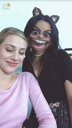 Riverdale Funny Noments Veronica and Betty 😀🖤💜 Watch Riverdale, Riverdale Funny, Riverdale Memes, Riverdale Cast, Riverdale Betty And Veronica, Camilla Mendes, Riverdale Aesthetic, Lili Reinhart And Cole Sprouse, Riverdale Cole Sprouse