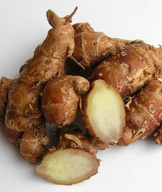 kencur/kentjoer Its alcoholic maceration has also been applied as liniment for rheumatism. Indonesian Cuisine, Indonesian Recipes, Cooking Ingredients, Spice Blends, Herbal Remedies, Sushi, Herbalism, Grains, Spices