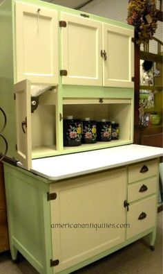 My dream Hoosier Cabinet has a flour sifter, tin lined proofing cabinet, and a bread drawer Kitchen Retro, Vintage Kitchen Cabinets, Old Cabinets, Old Kitchen, Kitchen Cupboards, Country Kitchen, Country Farm, Retro Kitchens, Vintage Appliances