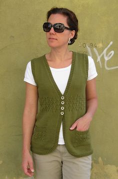 Button-front, sleeveless vest, worked in one piece from the bottom up. This vest incorporates many figure-flattering det Chaleco Casual, Free Knitting Patterns For Women, Knit Vest Pattern, Circle Pattern, Madame, Knit Cardigan, The North Face, Knit Crochet, One Piece