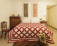 O morador Eder Chiodetto em sua sala de jantar, com mesa amarela da Micasa, cadeiras Cesca, quadros de fotografias pendurados na parede. Apartamento do fotógrafo Eder Chiodetto, com projeto do arquiteto Gustavo Calazans,