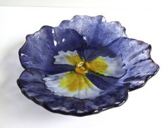 Bring the flowers inside with this beautiful pansy shaped fused glass dish. Fused Glass Plates, Fused Glass Art, Mosaic Glass, Glass Bowls, Mosaic Mirrors, Mosaic Wall, Stained Glass Birds, Stained Glass Panels, Glass Fusion Ideas