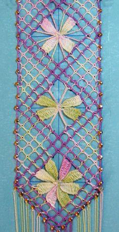"""Mon idée était surtout sur les points d'esprit triangulaires. Ils donnent un côté """"moulin"""" plutôt que """"fleur"""" à ces nouveaux losanges. Voici donc, la fin de mon marque-page : Ce n'est pas facile de faire des points d'esprit, mais pour les triangulaires..."""