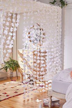 Ideas para hacer una pared de flores en tu habitación Cute Room Decor, Teen Room Decor, Room Ideas Bedroom, Flower Room Decor, Diy Room Ideas, Bedroom Designs, Diy Room Decor For Teens, Cheap Room Decor, Diy Wall Decor For Bedroom
