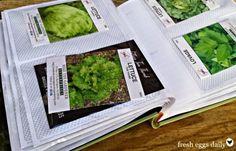 Les graines qui ne sont pas encore plantées doivent être stockées correctement. Pour les ranger de manière pratique, utilisez un vieil album photo qui prend la poussière dans un coin de votre maison. Les pochettes des albums photo sont de taille parfaite pour stocker et organiser les sachets de graines.