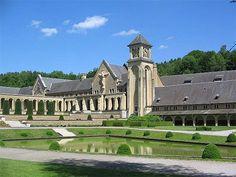 L'Abbaye d'Orval La province de Luxembourg est la plus boisée de Belgique. Dans ces paysages accidentés, des châteaux, encore des châteaux, et des souvenirs nécessairement douloureux quand on évoque la bataille des Ardennes et Bastogne, la ville martyre.Avant mon départ de France, j'étais dans ce joli endroit qui se trouve au milieu des forêts des Ardennes. Orval - le nom même nous explique que c'est une Vallée d'Or! - Shriram  Belgique eglise