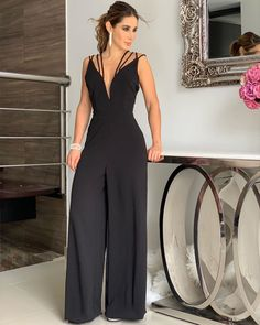 La imagen puede contener: una o varias personas y personas de pie Stylish Work Outfits, Classy Outfits, Chic Outfits, Curvy Fashion, Look Fashion, Womens Fashion, Jumpsuit Outfit, Black Jumpsuit, Overall