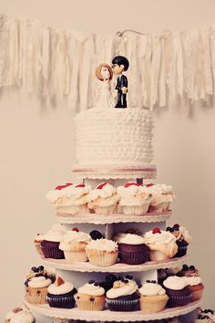 Such a chic cupcake display, love it! {Renaissance Studios Photography}
