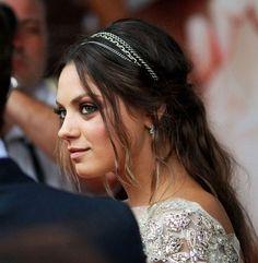 Mila Kunis: Tiara com Cabelo Semi-Preso