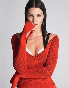 Kendall Jenner escolheu um wet look e malha vermelha.