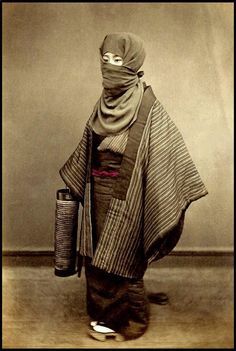 明治時代初期に撮影されたとされる写真。 御高祖頭巾を身につけた冬の装い。方形の布に耳をかける輪をつけており、耳にかけて顔を出す被り方と、目の周りだけ出す被り方がある。 pic.twitter.com/XhdOI0qm1K