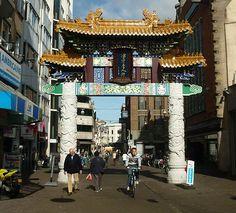 Een Chinese welkomstboog bij het Chinatown van Den Haag.