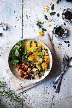 Quinoa-Bowl mit Süßkartoffeln, Avocado und Mango.