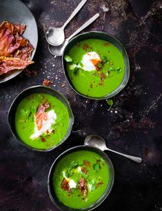 Try our green gazpacho recipe with burrata and prosciutto. This easy green gazpacho soup recipe is an easy tomato gazpacho recipe. Make our chilled gazpacho Green Gazpacho Recipe, Gazpacho Recept, Tomato Gazpacho, Gazpacho Soup, Cucumber Gazpacho, Jai Faim, Soup Recipes, Healthy Recipes, Gourmet